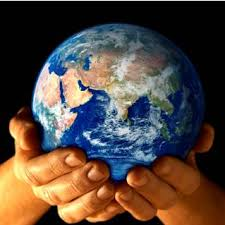 mujer sosteniendo el planeta